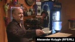 Ўзбекистонлик қочқин Аҳмаджон Нормирзаев Москвада бармен бўлиб ишлайди.
