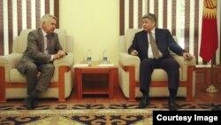 Тышкы иштер министри Эрлан Абдылдаев Тажикстандын Кыргызстандагы элчиси Олим Рахимовго нота тапшырганы белгилүү болду. 8-май, 2014-жыл.