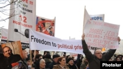 Armenia -- Demonstrators demand the release of imprisoned opposition members, 18Jan2011.
