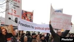 Armenia -- Demonstrators demand the release of imprisoned opposition members, 18Jan2011.