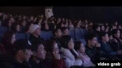Кытай фильмдерин көрүп отургандар
