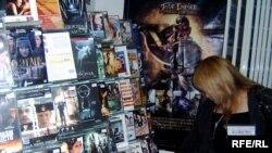 Магазины видеопродукции в столице Казахстана поражают богатым ассортиментом. Астана, 30 августа 2008 года.