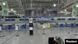 فرودگاه آتن که به خاطر اعتصابها از کار افتاده است. ۲۸ ژوئن ۲۰۱۱.