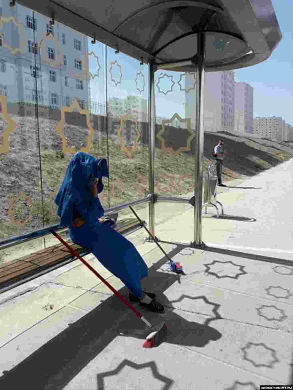 Автобусные остановки в Ашхабаде служат укрытием от солнца для пассижиров, а также для убирающих улицысотрудников коммунальных служб