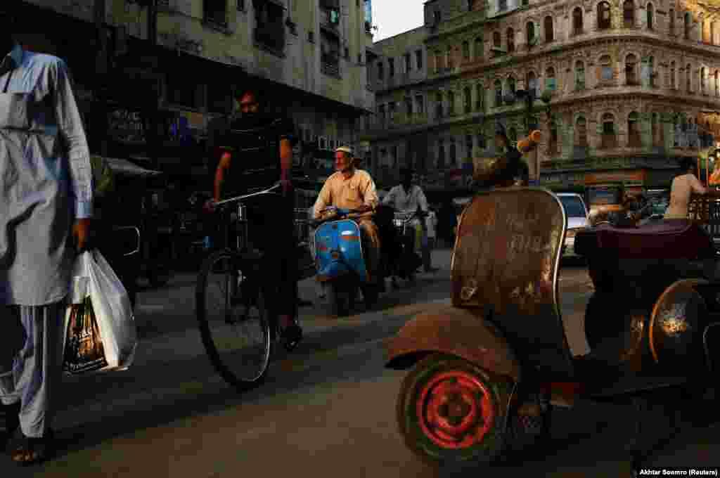 Vespa в транспортном потоке в рабочем квартале Карачи.