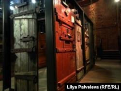 Инсталляция из тюремных дверей