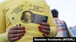 На акції пам'яті Георгія Гонгадзе роздавали листівки на підтримку кримського журналіста Миколи Семени