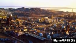 Вид на нефтеперерабатывающий завод в Туркменбаши.