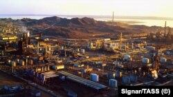 Общий вид нефтеперерабатывающего комплекса (на снимке) в Туркменбаши на Каспийском побережье.