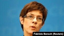 آنهگرت کرامپکارن باوئر وزیر دفاع جرمنی