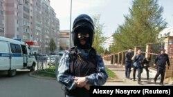 Сотрудник сил безопасности у школы-гимназии № 175 в Казани, где была стрельба. 11 мая 2021 года.