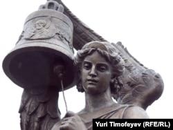 """Фрагмент скульптурной композиции """"Гласность"""" у Мосгорсуда"""
