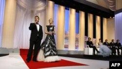 Рассел Кроу (слева) и Кейт Бланшетт (рядом) на церемонии открытия 63-го кинофестиваля в Каннах, 12 мая 2010 года