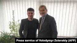 Volodymyr Zelenskiy (solda) və AB-nin Genişlənmə komissarı Johannes Hahn