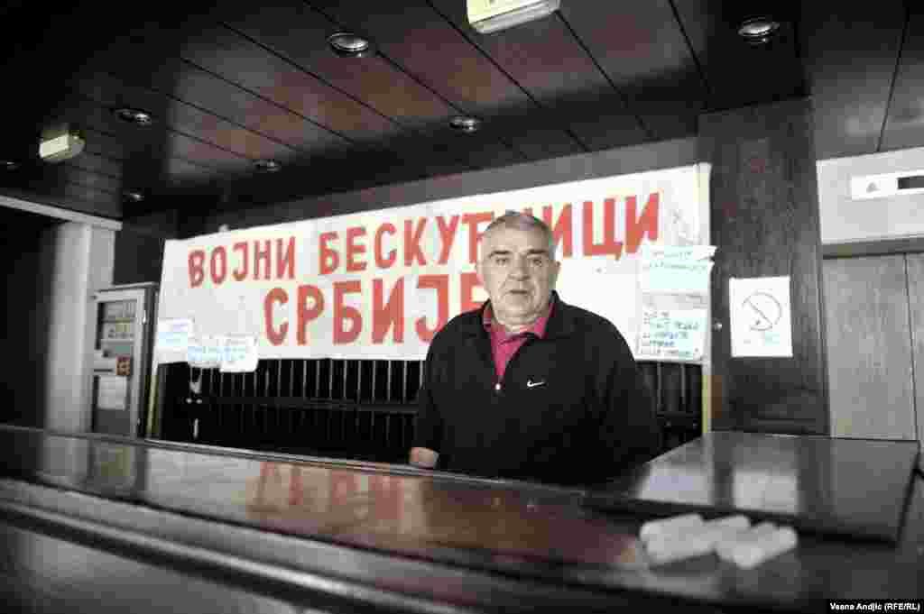 Vojni penzioner Dragan Stojanović, drugog dana štrajka glađu, na nekadašnjoj recepciji hotela Bristol u Beogradu.
