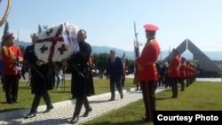 """Премьер-министр Грузии Георгий Квирикашвили возлагает венок на кладбище """"Мухатгверди"""""""