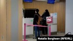 Sandu Bălan, părăsind ţara, la Aeroportul din Chișinău