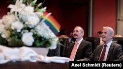 Однополая пара Бодо Менде и Карл Крейл на церемонии бракосочетания в Берлине. 1 октября 2017 года.