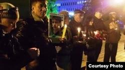 """Гражданские активисты зажгли свечи в память об Александре Боженко, погибшем свидетеле по делу """"о беспорядках в Жанаозене"""". Алматы, 17 декабря 2012 года."""