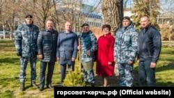 У Керчі місцева влада і представники так званої «ДНР» висаджують дерева, 18 березня 2020 року