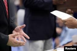 Оставшийся без работы из-за эпидемии гражданин США общается с представителем рекрутингового агентства