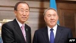 Қазақстан президенті Нұрсұлтан Назарбаев (оң жақта) және БҰҰ бас хатшысы Пан Ги Мун. Астана, 10 маусым 2015 жыл.