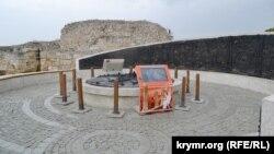 У древней башни Зенона, на заднем плане, залили бетоном огромную площадку, на которой установили стелу со сценами жизни херсонеситов и крещения князя Владимира, а также мультимедийные экраны