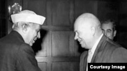 Hindistanın baş naziri Jawaharlal Nehru və Sovet lideri Nikita Khrushchev.