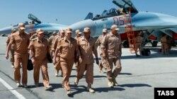 Міністр оборони Росії Сергій Шойгу (у центрі) на базі Хмеймім у Сирії, 18 червня 2016 року