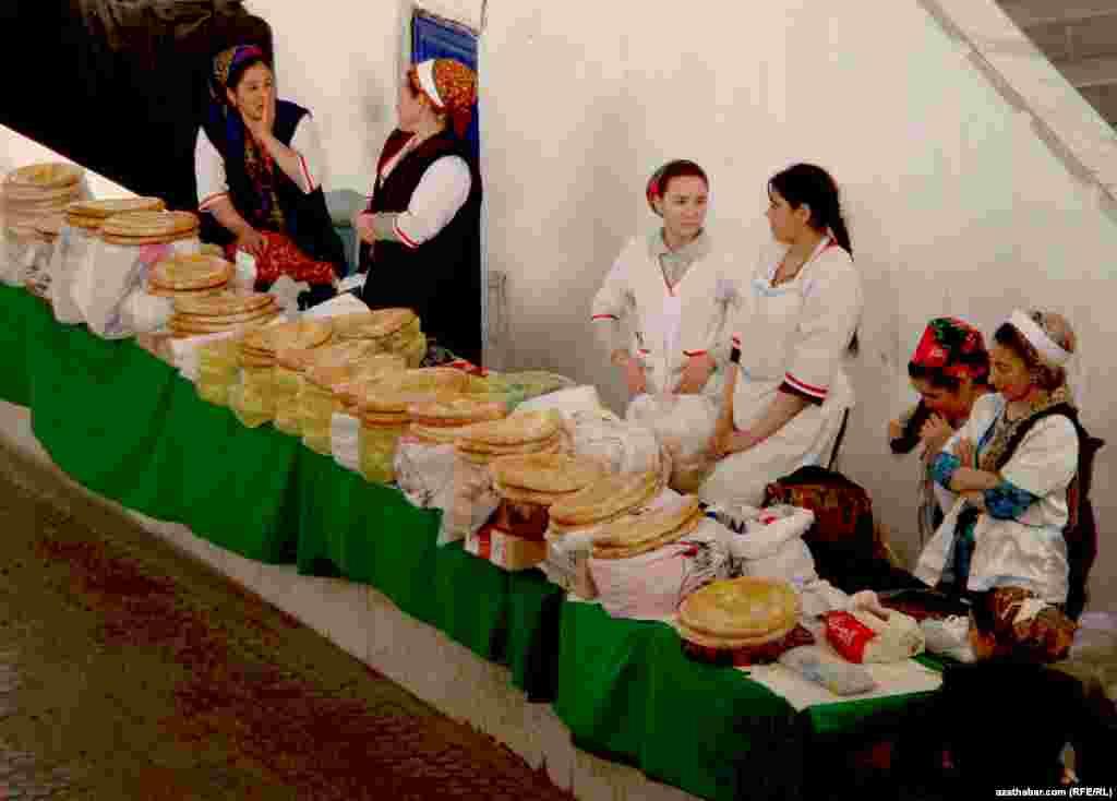 Хлебный ряд на продуктовом рынке Ашхабада