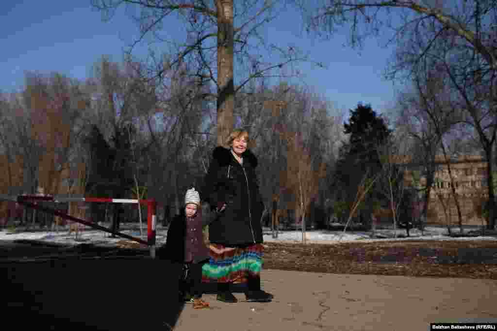 Маргарита Фазлиева гуляет с сыном Тимофеем.