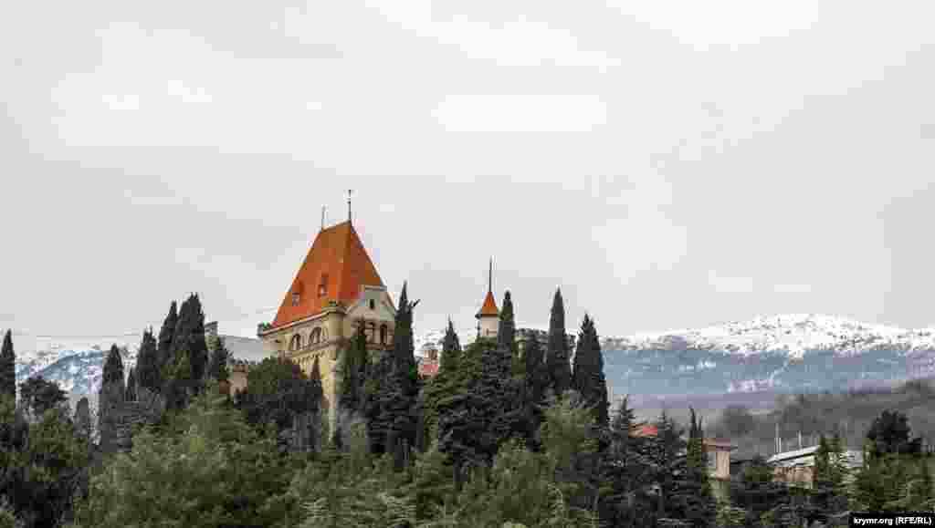 Дворец княгини Гагариной в поселке Утес на фоне заснеженных Крымских гор.Как дворец и территория вокруг него выглядит сейчас – смотрите в этом фоторепортаже