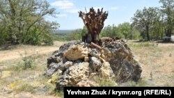 Памятник «Взрыв» создан из осколков снарядов, найденных на территории батареи
