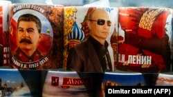Сталин, Путин ва Ленин суратлари туширилган сувенир кружкалар.