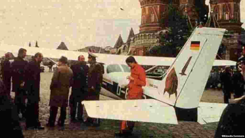 Нибары 50 сәгать чамасы очу тәҗрибәсе булган 19 яшьлек алман егете Матиас Руст 1987 елда Cessna 172 шәкелендәге очкычта Советлар Берлегенең һава һөҗүменнән саклану системын үтеп Кызыл мәйданга төшеп утырган иде.