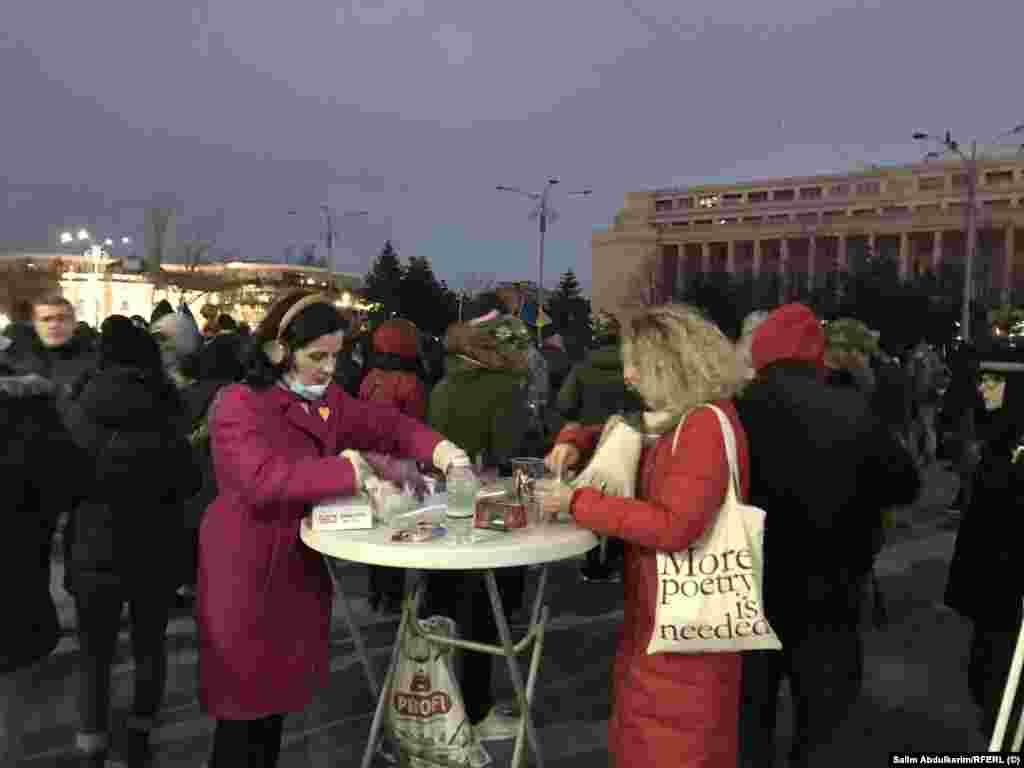 Ceai cald, înainte de a începe să ningă, oferit de două protestatare. Nu e nevoie doar de mai multă poezie, așa cum indică inscripția de pe sacoșa uneia dintre doamne. După cum a spus, pentru Europa Liberă, nu își face iluzii în privința abrogării ordonanței 7, însă nu renunță la sprijinirea statului de drept și la instaurarea domniei Legii în România.