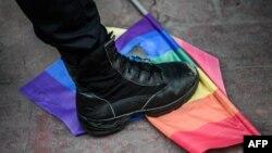 Policajac u Istanbulu gazi LGBT zastavu u toku Prajda