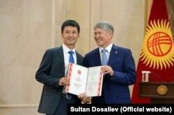 Уланбек Егізбаев Қырғызстанның экс-президенті Алмазбек Атамбаевтың қолынан алғыс хат алып тұрған сәт. 11 қазан 2016 жыл.