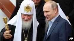 Иллюстративное фото. Президент России Владимир Путин (справа) и Московский патриарх Кирилл, 11 июля 2017 года