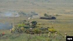 """Tancuri T-72 și Stryker, în timpul exercițiilor militare ale NATO """"Brave Warrior 2015"""" din Ungaria, 25 octombrie 2015"""