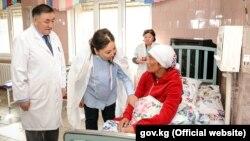 Переселенку Жанбубу Маматзайым кызы в роддоме навестила вице-премьер-министр Чолпон Султанбекова. 21 октября 2017 года