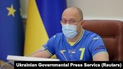 Украинскиот премиер Денис Шмухал ја водеше владината седница облечен во дресот со број 7 кој на натпреварите го носи капитенот на тимот Андриј Јармоленко.