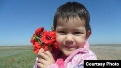 Латифа Тасбауова, девочка, у которой отказала почка. Лето 2011 года. Темиртау. Фото из семейного архива.