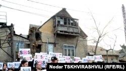 Около получаса участники сегодняшней акции стояли перед резиденцией главы государства с плакатами «SOS! СМИ под угрозой!»