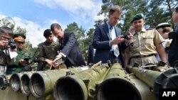 Военные атташе западных стран исследуют в Киеве российское оружие, которым пользуются сепаратисты