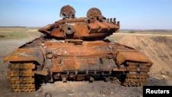 Знищений танк Т-72, який ймовірно був російським. Старобешеве. 2 жовтня 2014 року