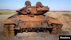 Падбіты танк T-72, імаверна, расейскага паходжаньня каля Старабешава ва ўсходняй Украіне