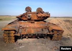 Знищений танк Т-72, який, імовірно, приїхав із Росії, виявлений на полі бою поблизу підконтрольного російським гібридним силам Старобешева, 2 жовтня 2014 року