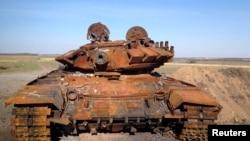Подбитый танк сепаратистов (предположительно, полученный ими из России). Восток Украины, октябрь 2014 года