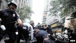Нью-Йорк полициясе протест белдерүчеләрне тоткарлый